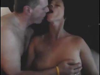 丈夫親吻妻子作為男朋友在她的cumming