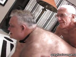 兩個老人和一個銀色爸爸