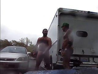 傢伙非常公共雨在撫摸停車場