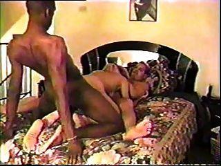 丈夫分享他的妻子與黑公牛