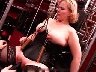 我的性感穿孔重穿刺奴隸折磨著蠟燭