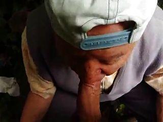 80歲的爺爺在森林裡吮吸
