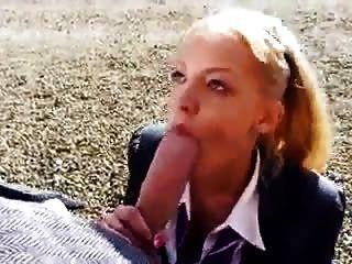 金發大學女孩吸巨大的白色公雞巨大的面部