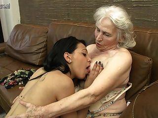 毛茸茸的奶奶被舔的年輕女孩
