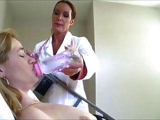 護士讓她填滿她的尿布