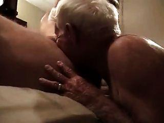 灰頭髮的爺爺吸大的公雞,並得到它在他的屁股