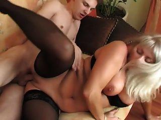 年輕的男孩驚喜一個美麗的金髮美女在絲襪