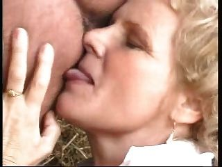 有大胸部的老婆婆由作為婦女打扮的人性交