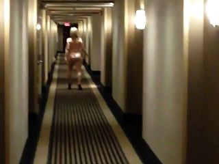 彎曲的妻子赤裸在旅館走廊