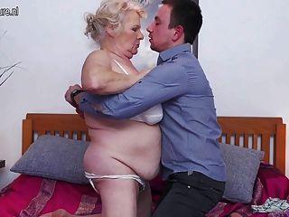 大奶奶喜歡他媽的和吸她的玩具男孩
