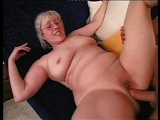 剃光奶奶愉快地採取硬舔