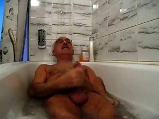 鬍子爺爺放鬆和暨在浴缸