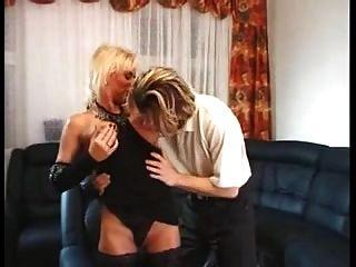 放養的白膚金發的德國milf是熱切他媽的年輕男孩
