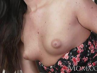 媽媽性感的女人有她剃光的貓舔和性交