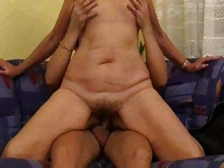 媽媽與鬆軟的身體,下垂的山雀和毛茸茸的unt