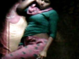 barishal女孩愉快手淫在她的床由鄰居看見