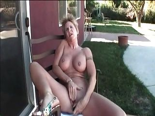 我的性感穿孔奶奶與刺穿的乳頭和陰部性別