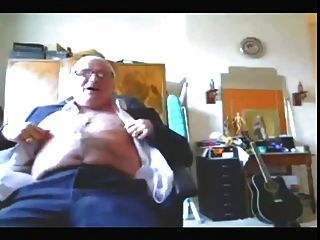 適合的爺爺在他的褲子