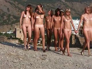 年輕的裸體主義者