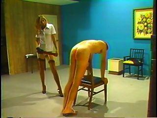 減速火箭的鞭子和caning的懲罰由白膚金發的女主人