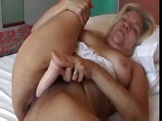 金發老太太與好山雀他媽的橡膠假陽具視頻