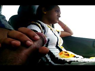 女孩閃爍bf公雞在車裡