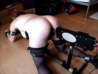 紅發綁在地板上打屁股和由機器