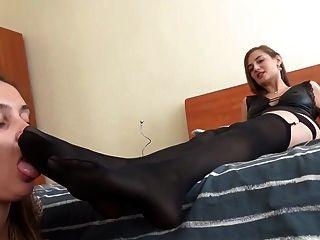 俄羅斯女主人使用女同性戀的腳奴隸