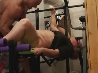 脂肪奶奶在健身房裡做肛門