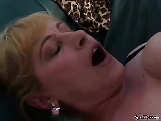 豐滿的金發奶奶得到她的陰部