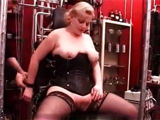 我的性感穿甲刺穿成熟的奴隸釘山雀