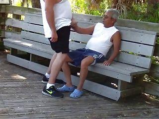 老年男性在公園有性