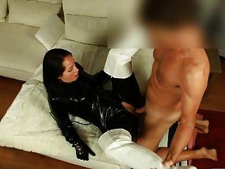 性感在閃亮的黑色catsuit