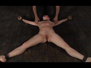 bdsm女孩在地板上由bdsm高手