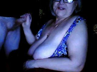俄羅斯奶奶閃爍巨大的山雀吸吮丈夫攝像頭
