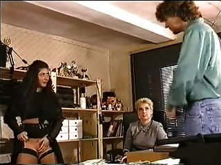 在辦公室一個大山雀試試lesbo拳交和肛門他媽的
