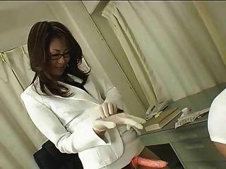 眼鏡的日本醫生使用皮帶