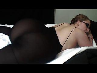 眼鏡的熱女人炫耀她的大屁股