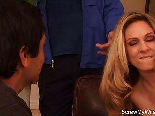 金發搖擺新生兒試圖肛門