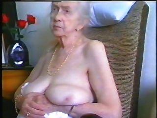 奶奶與灰色的頭髮和漂亮的山雀