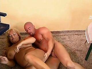 豐滿和胖的奶奶上了一個禿頭的傢伙。