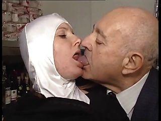 熱的身體尼姑被變態的老人撫摸!