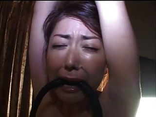 鞭打日本奶昔底部和乳房