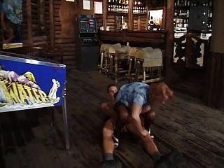 milf barkeeper被一個年輕的客戶搞得