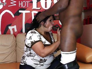 真正成熟的媽媽他媽的和吸吮她的黑人男朋友