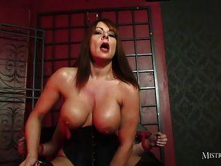 豐滿的女主人他媽的奴隸,使他暨在雲霄的嘴裡