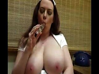 熱的護士與巨大的山雀玩她剃光的貓