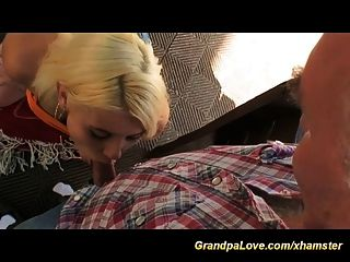 角質爺爺他媽的可愛的青少年在公共