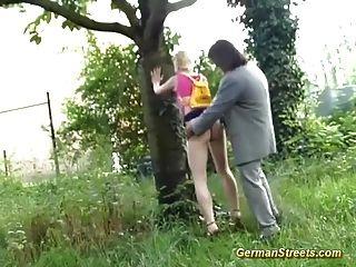 青少年在大街上為了性而拾起