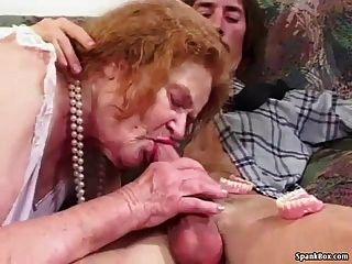 奶奶在吸吮時失去她的牙齒
